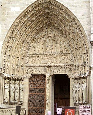 Em detalhe a entrada da fachada oeste, Catedral de Notre Dame, paris.