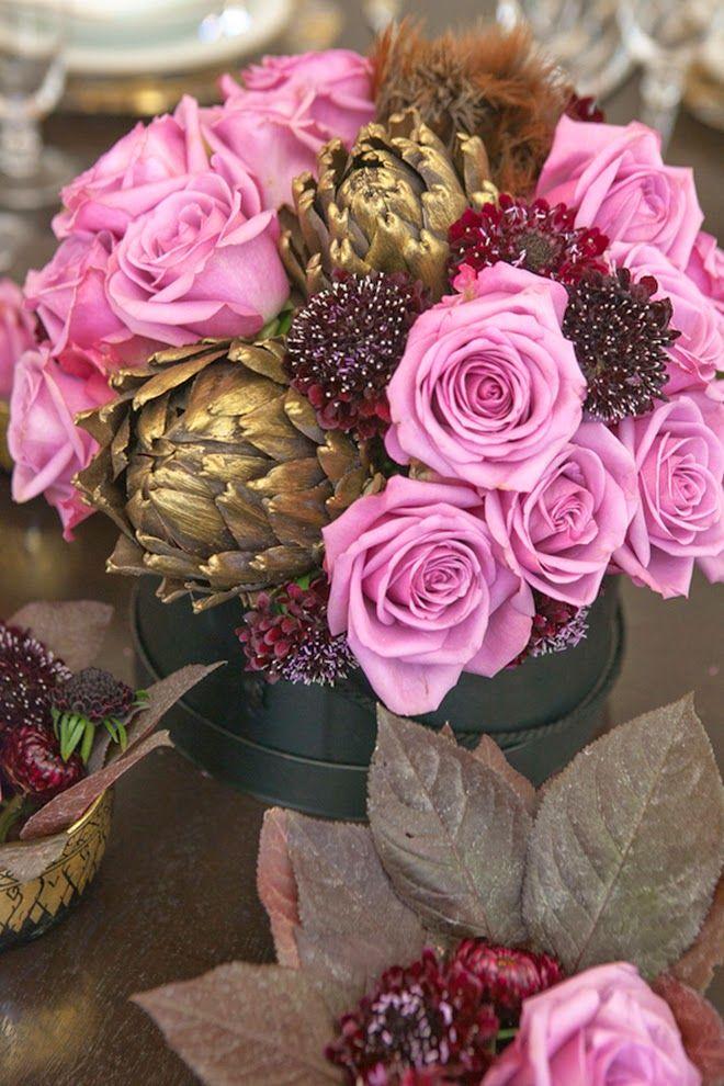 La combinación de detalles secos o de madera en dorado, con #flores naturales en tonos rosas siempre resulta glamourosa y romántica para #bodas y centros de mesa de #banquete nupcial!