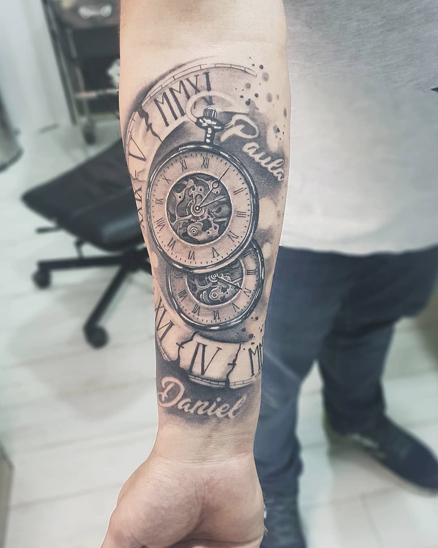 Arterby La Tinta Del Tatuaje En Instagram Tatuaje Dedicado A Sus Hijos Tintas Wallaby Ink Cremas En 2020 Tatuaje Reloj Y Rosa Reloj Para Tatuar Tatuajes De Relojes