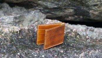 f2c0882eee6 Kaarditasku meisterdamiseks kasutatud nahk on värvitud pruuniks. Heleda  niidiga õmblused annavad taskule mõnusa kontrasti.