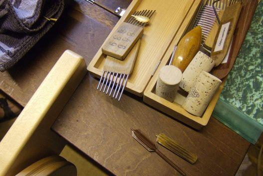 Halmspalter teilen Stroh in gleichgrosse Streifen, an kammartigen Werkzeugen entstehen «Agréments» © Desiree Hess, Oberwil-Lieli, 2011