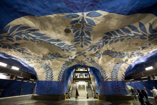 Metro de Estocolmo, sweden-Suecia,casi todas las cien estaciones de la ciudad,tienen creaciones artísticas de aprox.140 autores,por eso suele ser llamada la galería de arte más larga del mundo.La estación central es una de las más características diseñada por olof ultvedt in 1975.