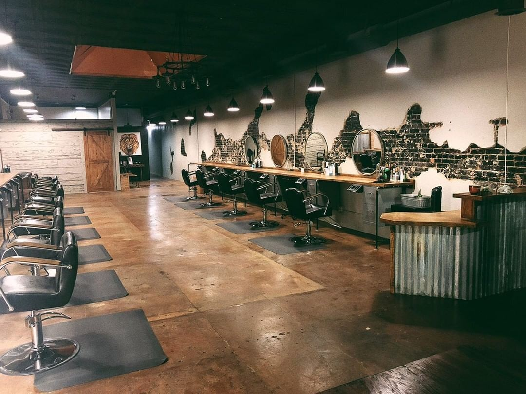 We Are Loving The Rustic And Industrial Vibes At Mane Salon In Lafayette La Myminerva Modernsalon Rustic Salon Beauty Salon Furniture Salon Decor