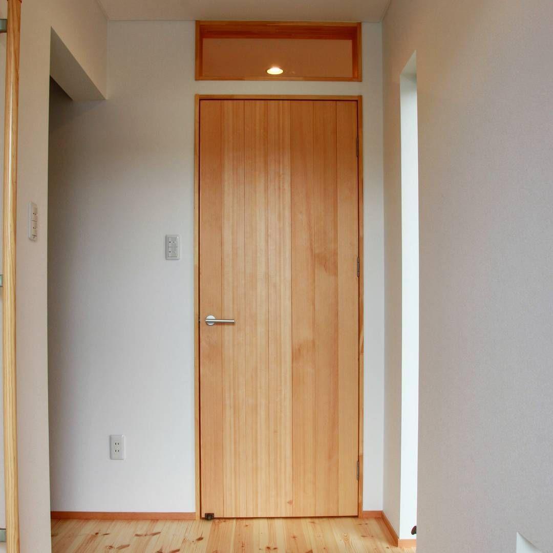 スプルス の 無垢板 を使った リビングドア です 明かり は