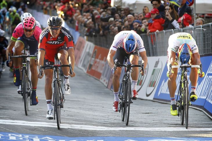 ペーター・サガン(スロバキア、ティンコフ・サクソ)らを抑えたグレッグ・ファンアフェルマート(ベルギー、BMCレーシング)が先着する