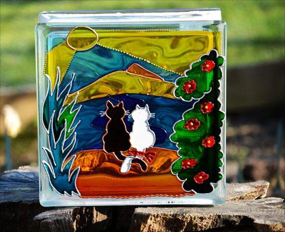 Une main peinte et recyclé bloc de verre montrant un couple de chat - quelle peinture pour bois exterieur