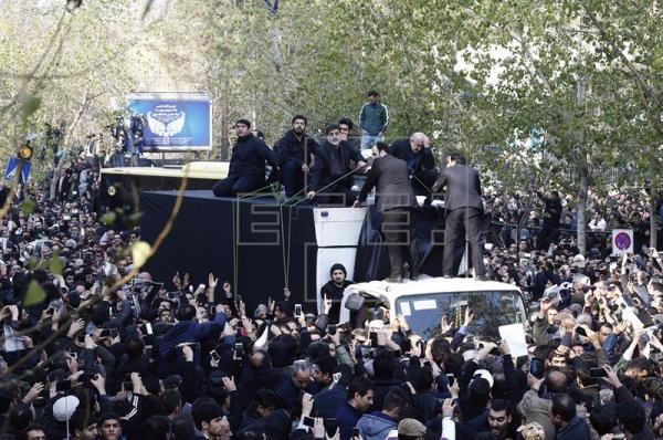Irán: cientos de miles de personas en el funeral de Rafsanyaní - http://www.notiexpresscolor.com/2017/01/10/iran-cientos-de-miles-de-personas-en-el-funeral-de-rafsanyani/