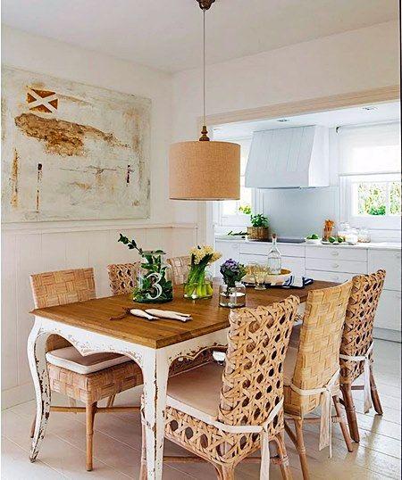 É moda na decoração colocar cadeiras diferentes na mesa de  jantar.Saiba como fazer isso e conseguir um efeito que combine com a decoração e seja confortável.