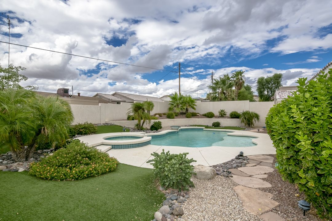 Great backyard for entertaining! #pools #lakehavasucity