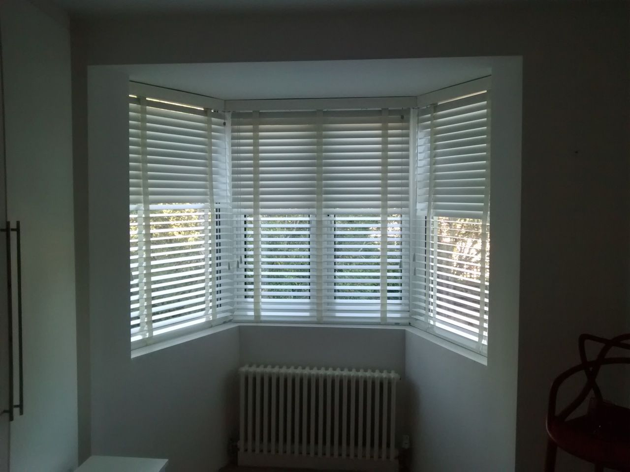 estate grey wood venetian blinds bay window blinds brixton chalk venetians with matching tapes in bay window http www theblindshop