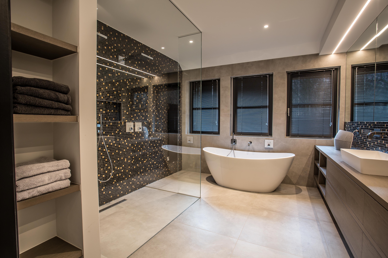 Moderne badkamer. Keramische tegels. Klein mozaïeken black&gold ...