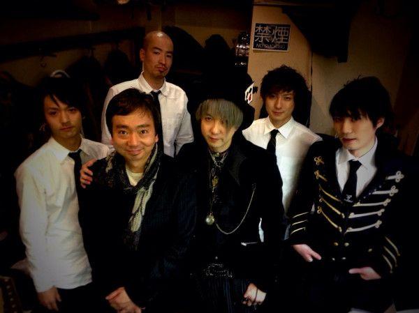 ライブのバックステージにて。バンドとスペシャルゲストの奈良部匠平 ...