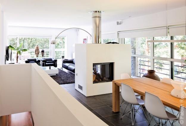 Salle manger moderne blanche avec chemin e int rieure - Cuisine au milieu de la piece ...