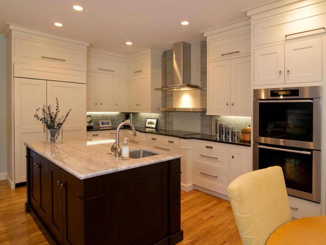 Mary Beth Hartgrove Of Metropolitan Kitchen Bath Transformed A Cramped Kitchen With Little Contemporary Kitchen Kitchen Cabinet Styles Shaker Style Kitchens