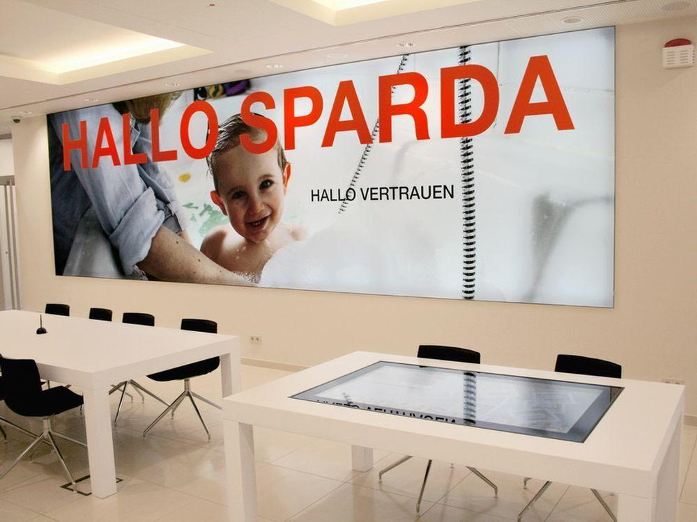 Serie Banking 2 0 Zwei Neue Flagship Filialen Der Sparda Bank Berlin Invidis Digitale Beschilderung Berlin Neue Wege