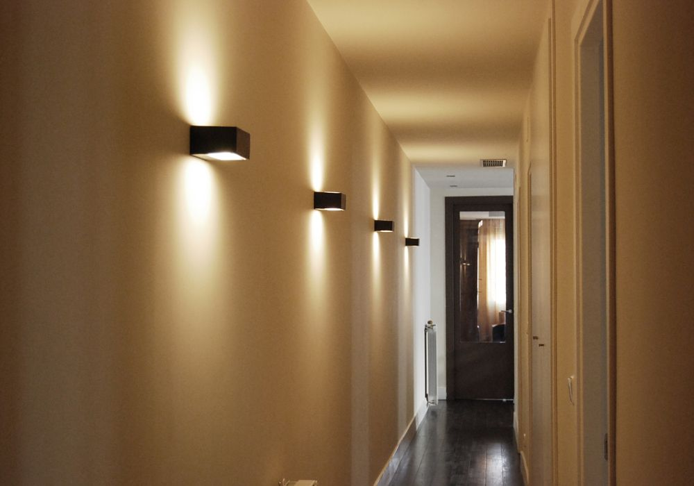 Pin de bilbolamp en iluminaci n pasillos en 2018 for Lamparas para apartamentos pequenos