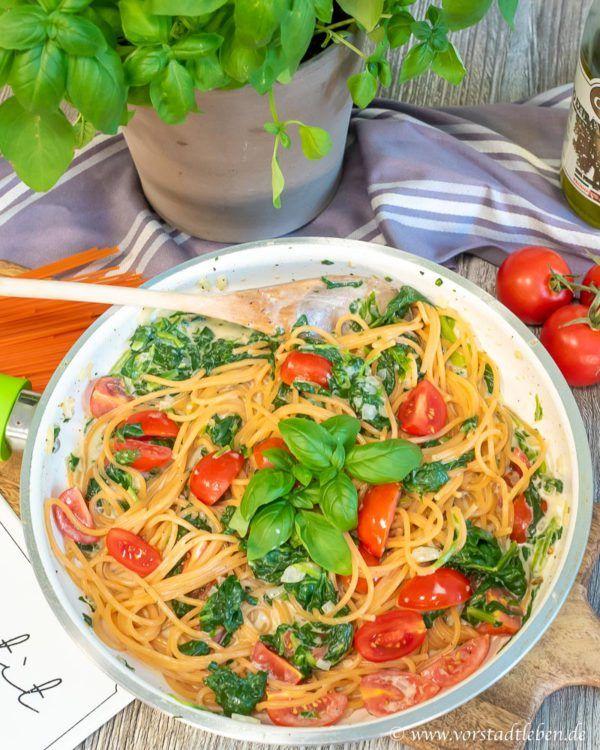 Samstags muss es schnell gehen - Rote Linsenspaghetti mit schneller Pastasoße aus Frischkäse, Blattspinat und Kirschtomaten