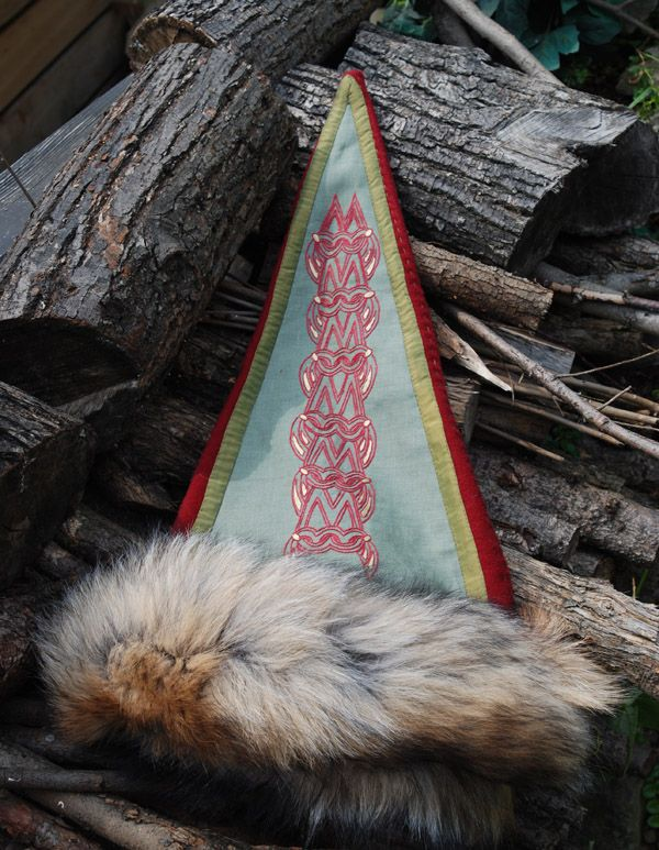 Triangle hat with a motif from Norway. - Othala Craft