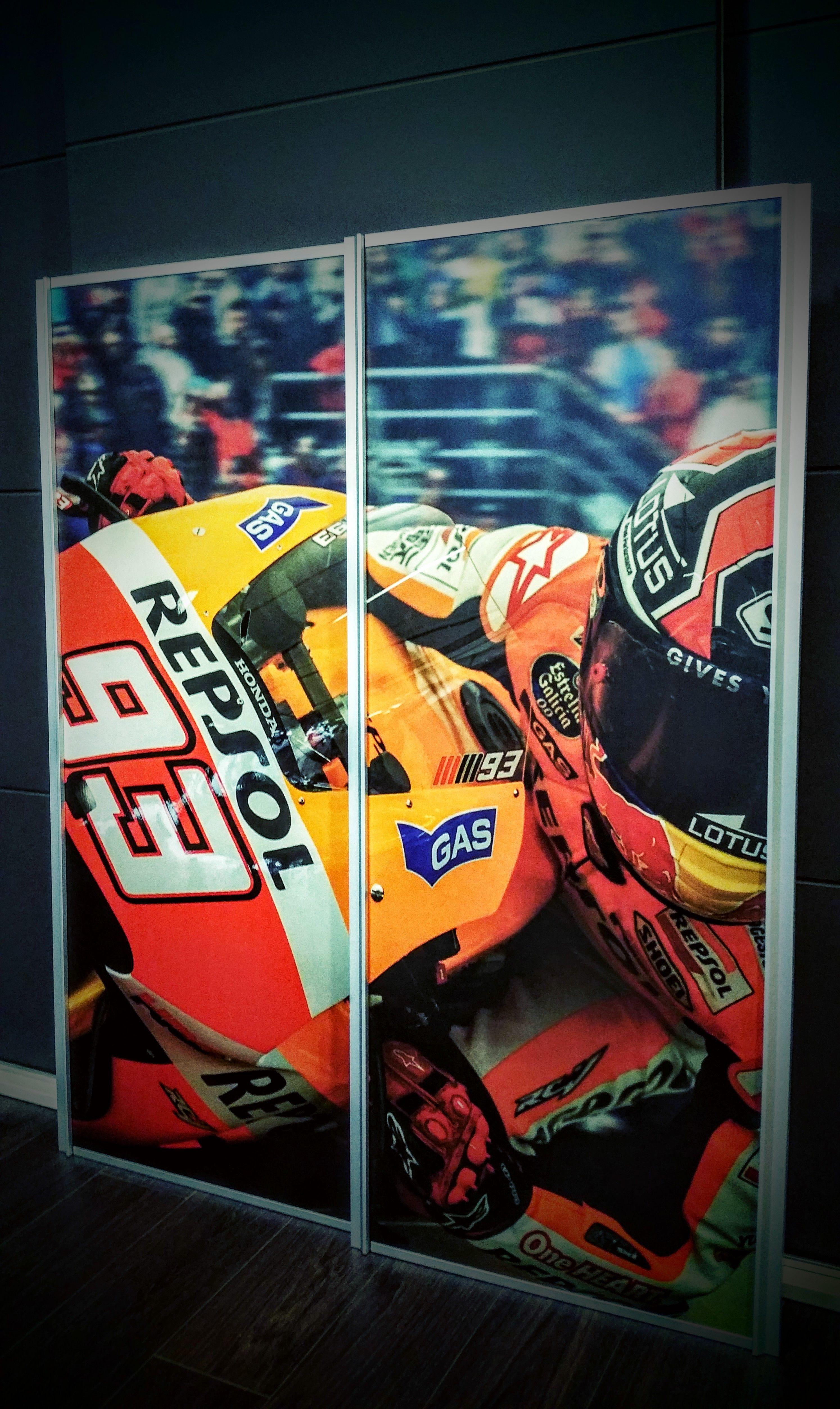 Op dit ontwerp is gekozen voor een foto van de motorrijder Marc Maquez! Wij zorgen ervoor dat de gekozen foto zo precies mogelijk in elkaar overloopt zoals bij deze schuifpanelen. Ontwerp zelf op onze site, www.schuifwandmaken.nl