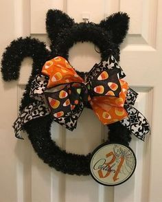 Such a cute halloween wreath! Black Cat with a huge bow! -   25 halloween crafts wreath