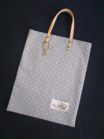 A4サイズがすっぽり入る、綿麻素材のぺたんこバッグです。ポイントに、外国切手をビニールでコーティングして縫い付けてあります。メダルチャーム付きで、持ち手の素材...|ハンドメイド、手作り、手仕事品の通販・販売・購入ならCreema。