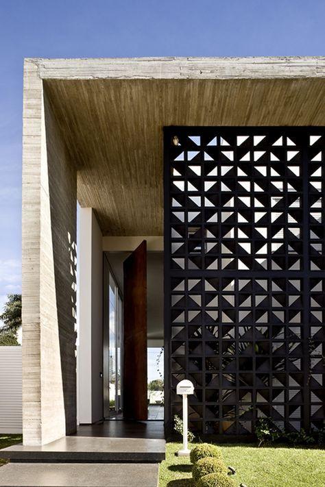 Fachada de casa com cobog preto e moderno for Casa minimalista lima