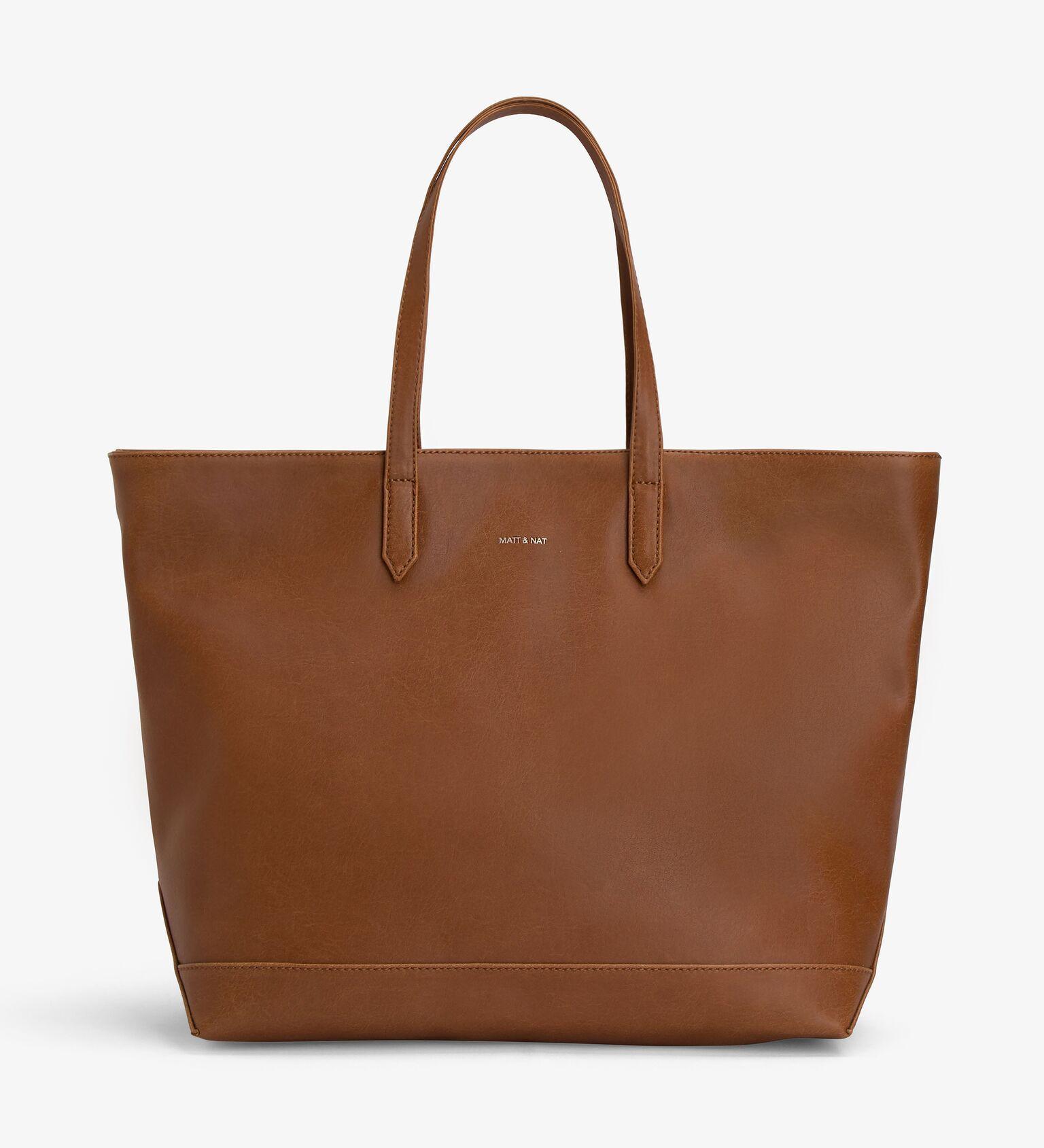 Knapzak met flair Dit iseen van de populairdere modellen vanMatt & Nat. Je hoeft maar een blik op de tas te werpen om dat te verklaren. Mooi, fijn in de omgang en vegan. Pfff…sommige tassen hebben ook alles mee.     Details – 13 inch laptop past in de tas – Vak binnenkant met rits – Gerycyclede PET-flessen+vegan leer – Afmetingen tas: 45,7 x 33 x 16,5 cm. – Handgrip: 21,6 cm.