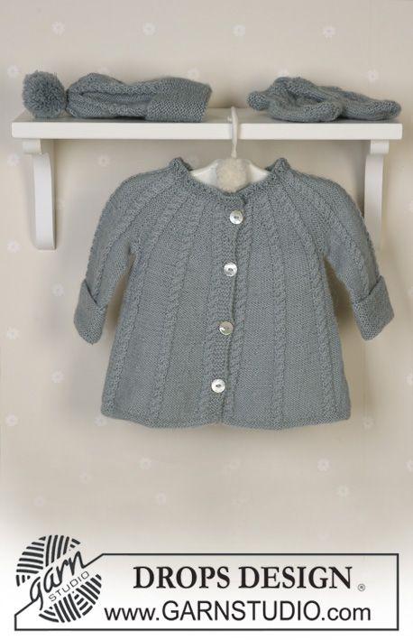 DROPS kofta med flätor, mössa med garnbollar, vantar, sockor och filt i Alpaca, skallra. ~ DROPS Design