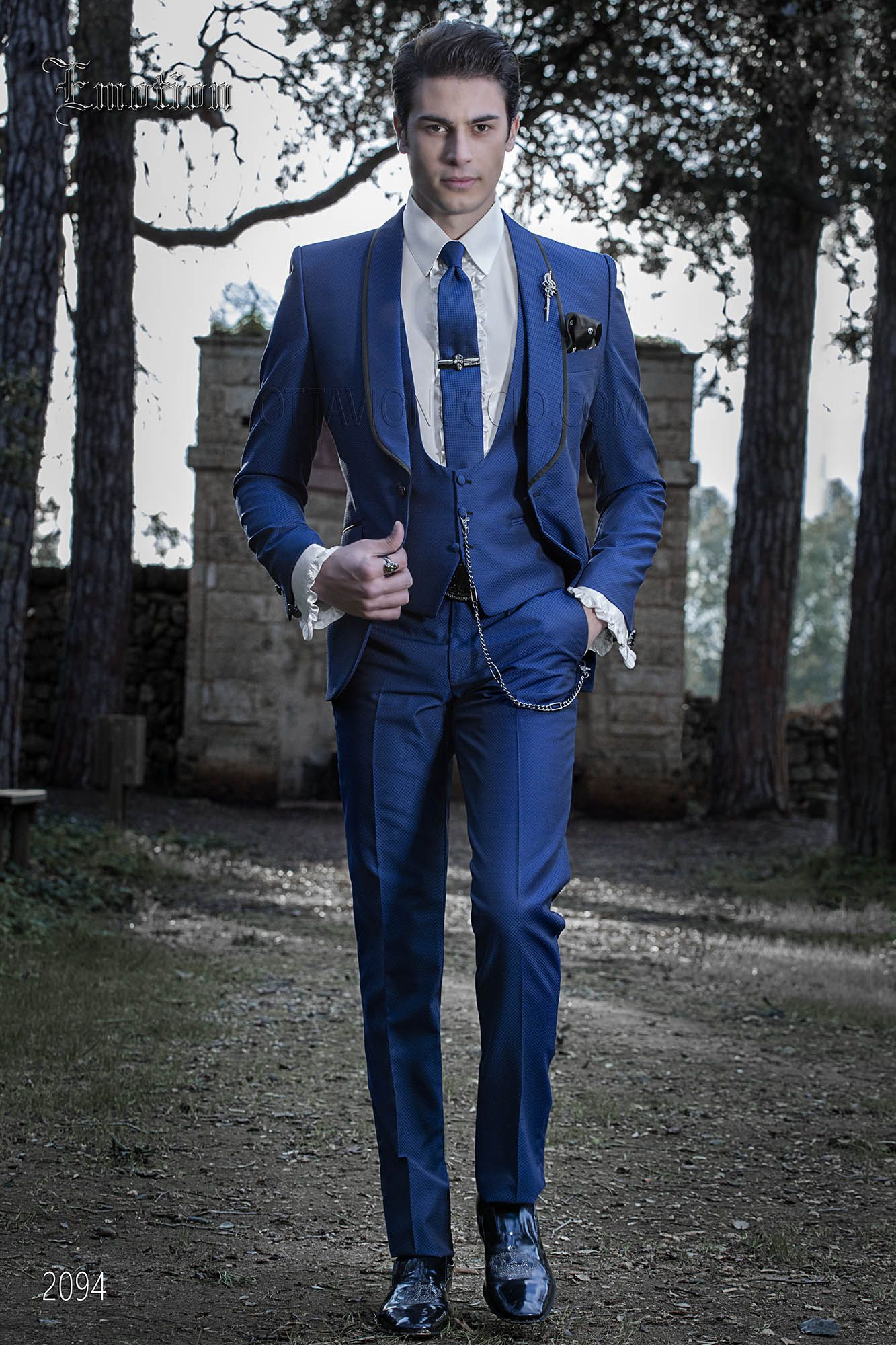 vestito elegante uomo blu elettrico