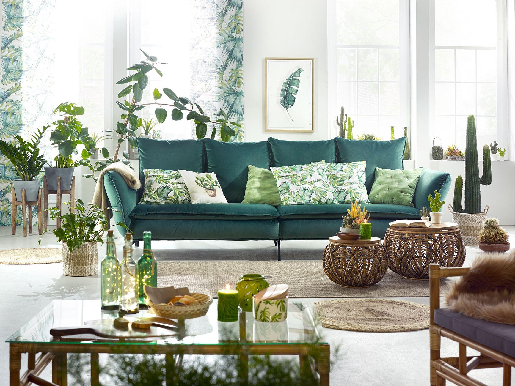 Wohnzimmer im DschungelLook mit grüner Couch und