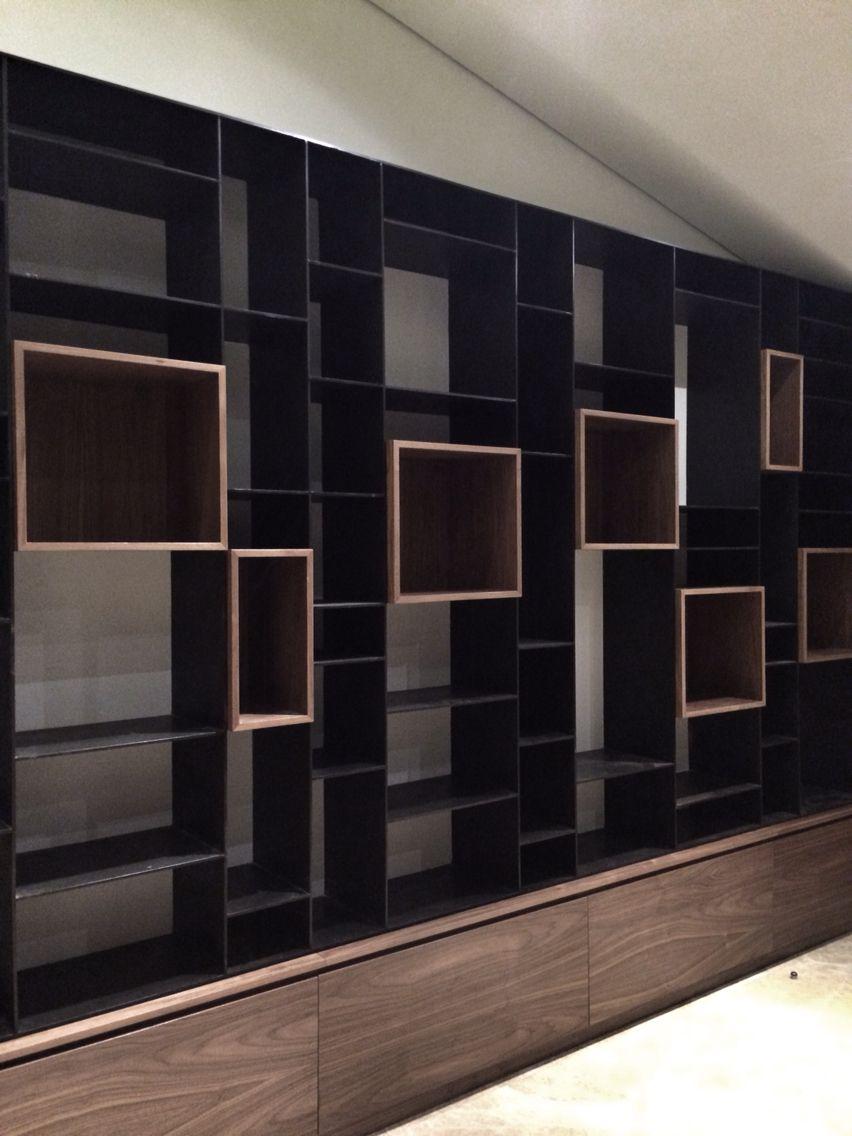 Mueble de metal y cubos de madera para una estancia for Diseno de muebles de madera