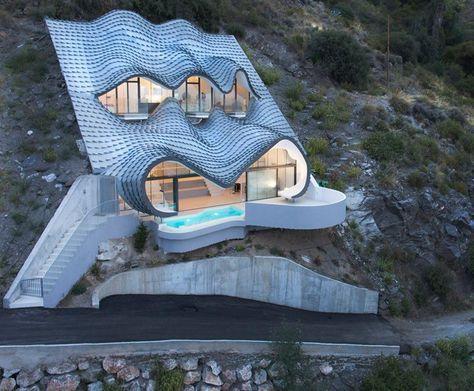 Cette maison, incrustée dans la montagne, avec vue sur la mer, va
