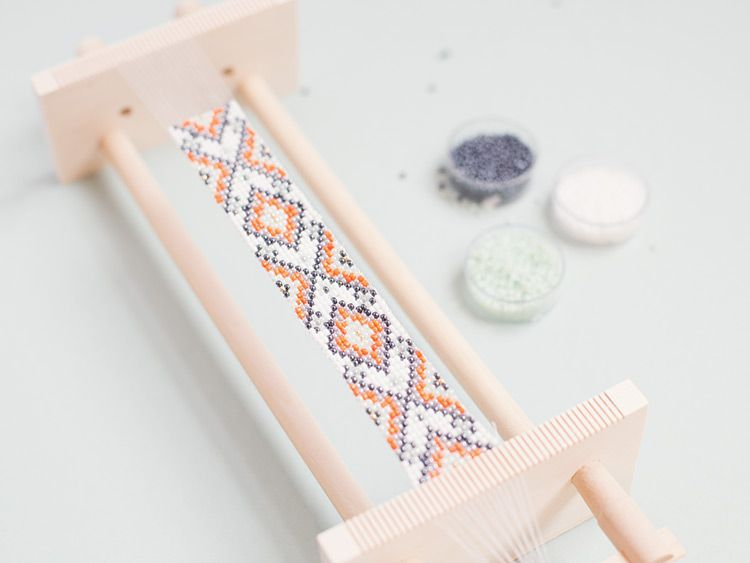 Diy anleitung perlenarmband mit ethno muster weben via beading projects pinterest - Perlenarmband basteln ...