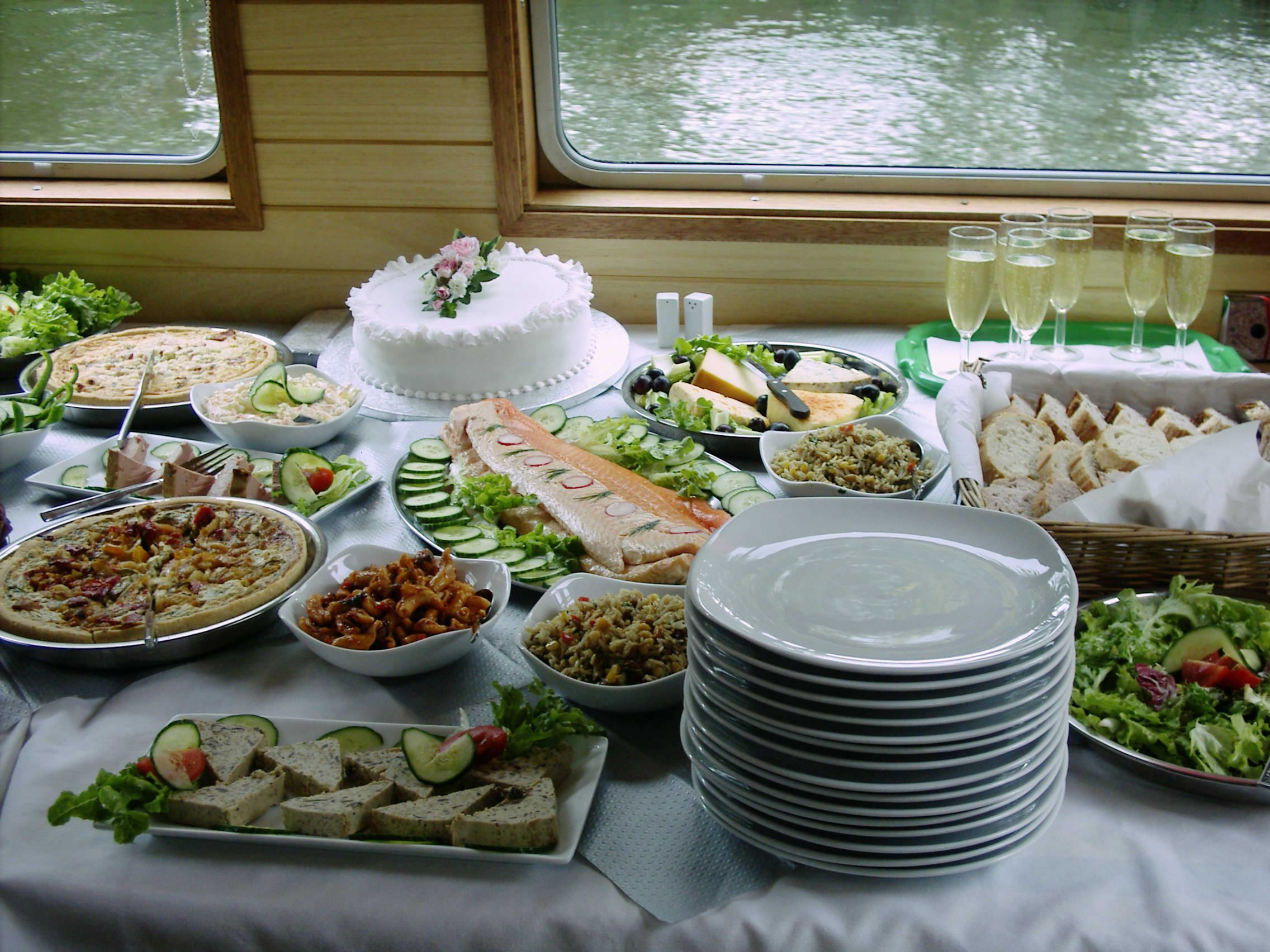 food buffet table decorations  How to Decorate a Buffet
