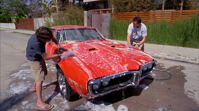 Mi padre y yo lavamos el carro a menudo en julio.