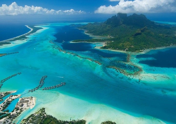 Bora Bora é uma ilha do grupo das Ilhas de Sotavento do arquipélago de Sociedade na Polinésia Francesa.