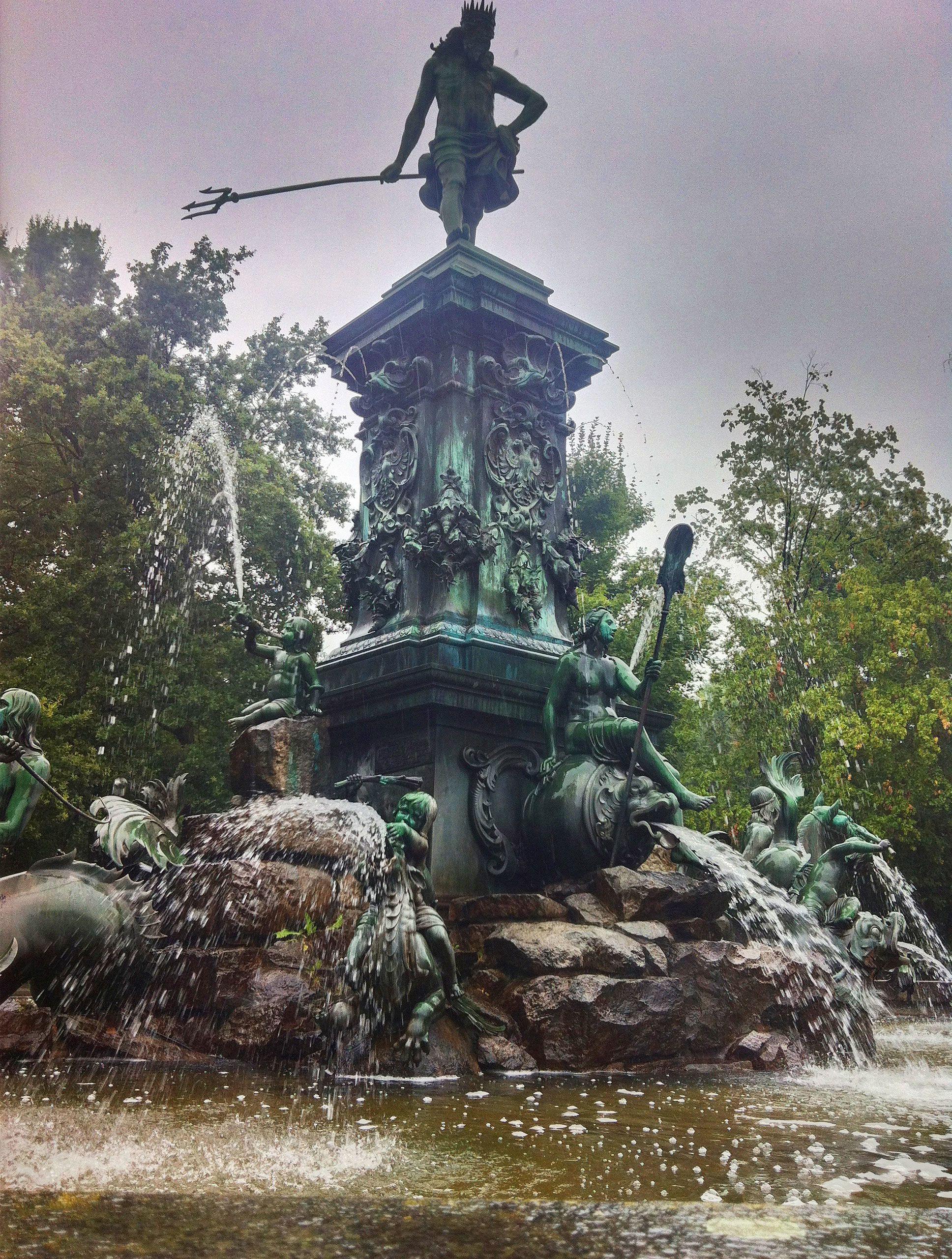 Auch bei schlechtem Wetter schön: Neptunbrunnen im Stadtpark