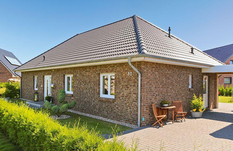 Bungalow Fassade bungalow mit weißen fenstern und geklinkter fassade eco system