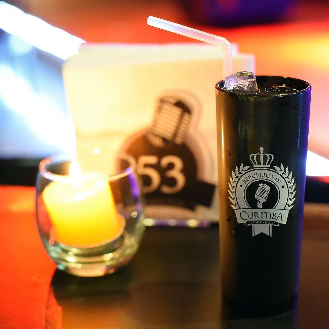 Para quem vai assistir daqui a pouco o show Fora de Controle com @molettavitor no @curitibacomedy não pode perder o Tesão Piá! Um drink de Bacardi Big Apple Bacardi Lemon Lichia Schweppes Citrus Saquê e Calda de Cereja. Pedindo o drink o cliente leva o copo personalizado pra casa! Contamos tudo aqui: http://bit.ly/cccuritiba - - - - - - - -  #standup #humorcwb #curitibacomedy #molettavitor #curitiba #curitibacool #curitibaspace #curitibalover #curitibanices #curitiba360 #curitibatreina…