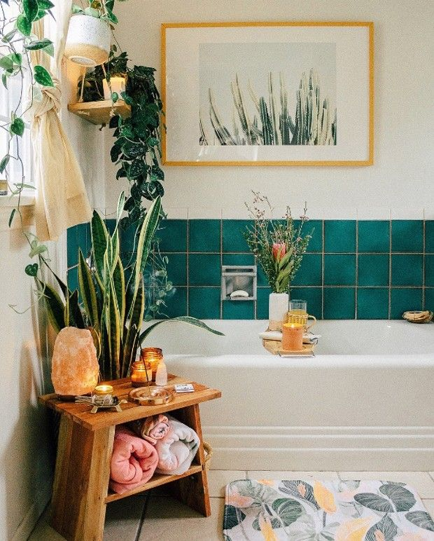 Décor of the day: lots of plants in the bathroom