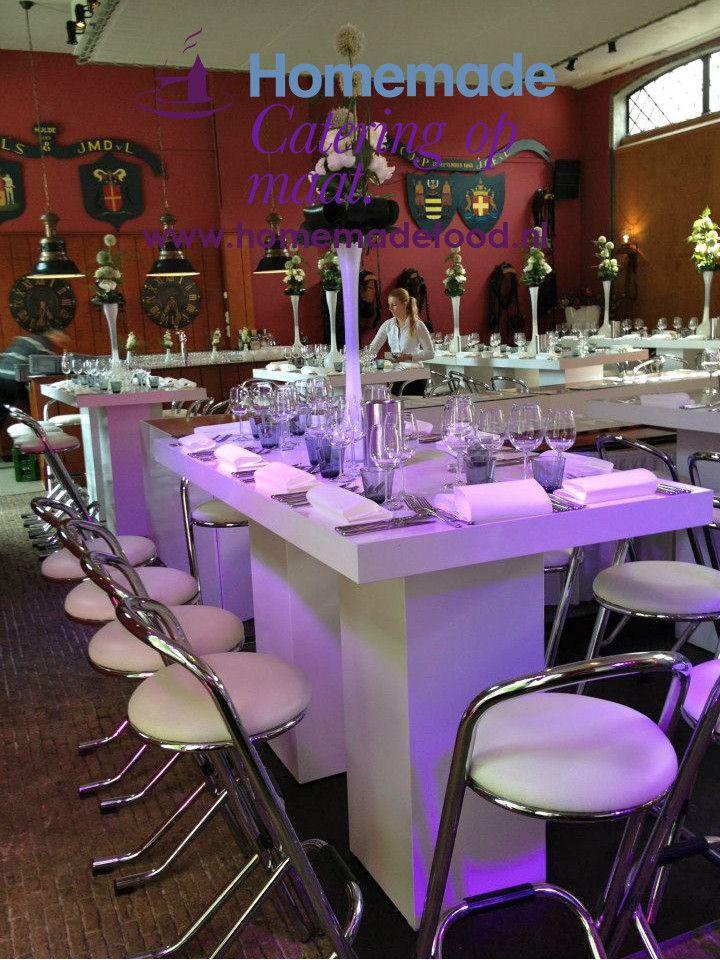 Moderne Witte Statafel.Dineren Aan Hoge Tafel In De Grote Salon Van Het Koetshuis Te