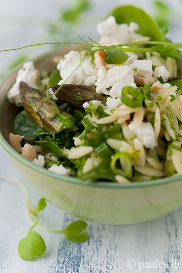 Orzo Nudelsalat mit grünem Spargel, Babyspinat, Feta und Cashewkern ...