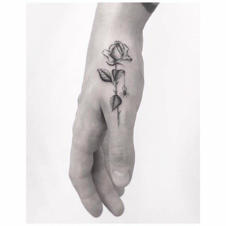 Tattoo de rosas en la mano