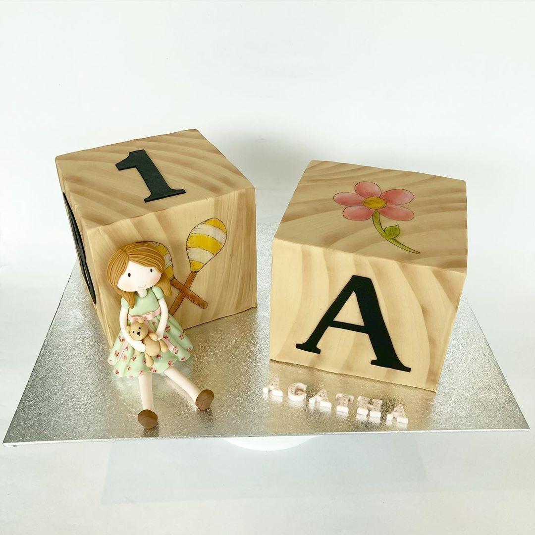 Des cubes et jouets très gourmands pour le premier anniversaire d'Agatha #gateau #gateaux #gateau3d #gateaupersonnalise #gateauxpersonnalisés #pateasucre #patisserie #gateauanniversaire #cakedesignbelgium #jouets #vintage #cake #cakedesign #cakedesigner #cakedecorating #cakedecorator #cakestagram #instacake #instacakes #caker #customcakes #fondantcake #fondantmodelling #3dcake #lesgateauxdepaula #toys #toyscake #cakeart #edibleart #cakeartist