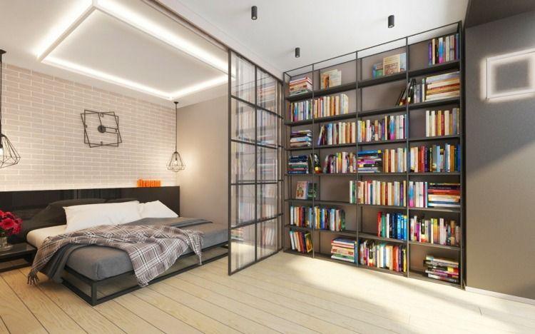 Wohnung mit Schiebetüren aus Glas für Privatsphäre und großem - bucherregal designs akzent interieur