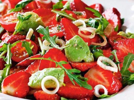 Sött, salt och syrligt i fräsch sallad. Passar som tillbehör till grillat eller som förrätt.