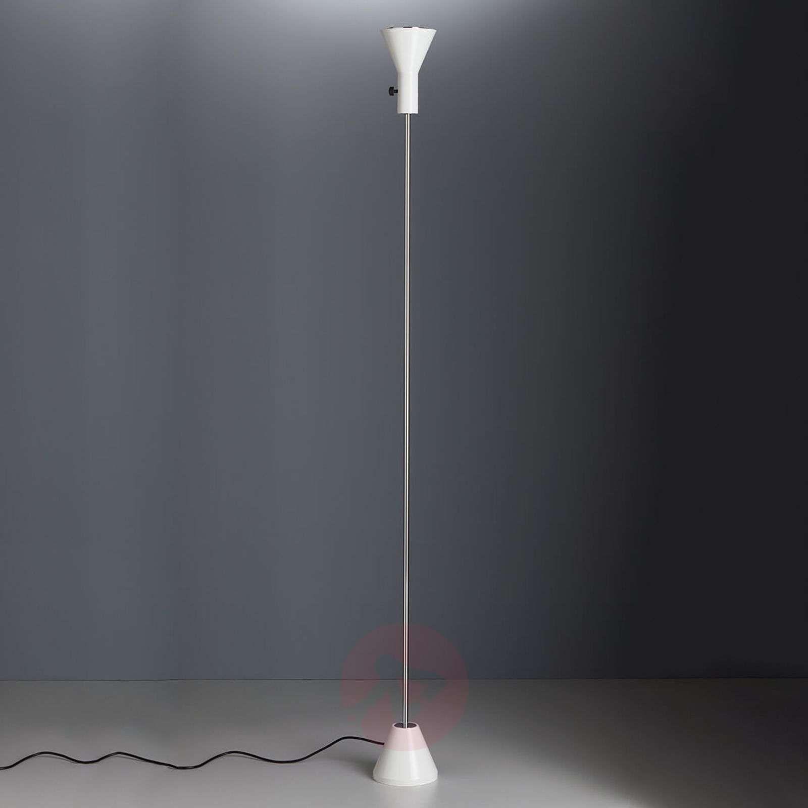 lampy stojące dookoła pokoju