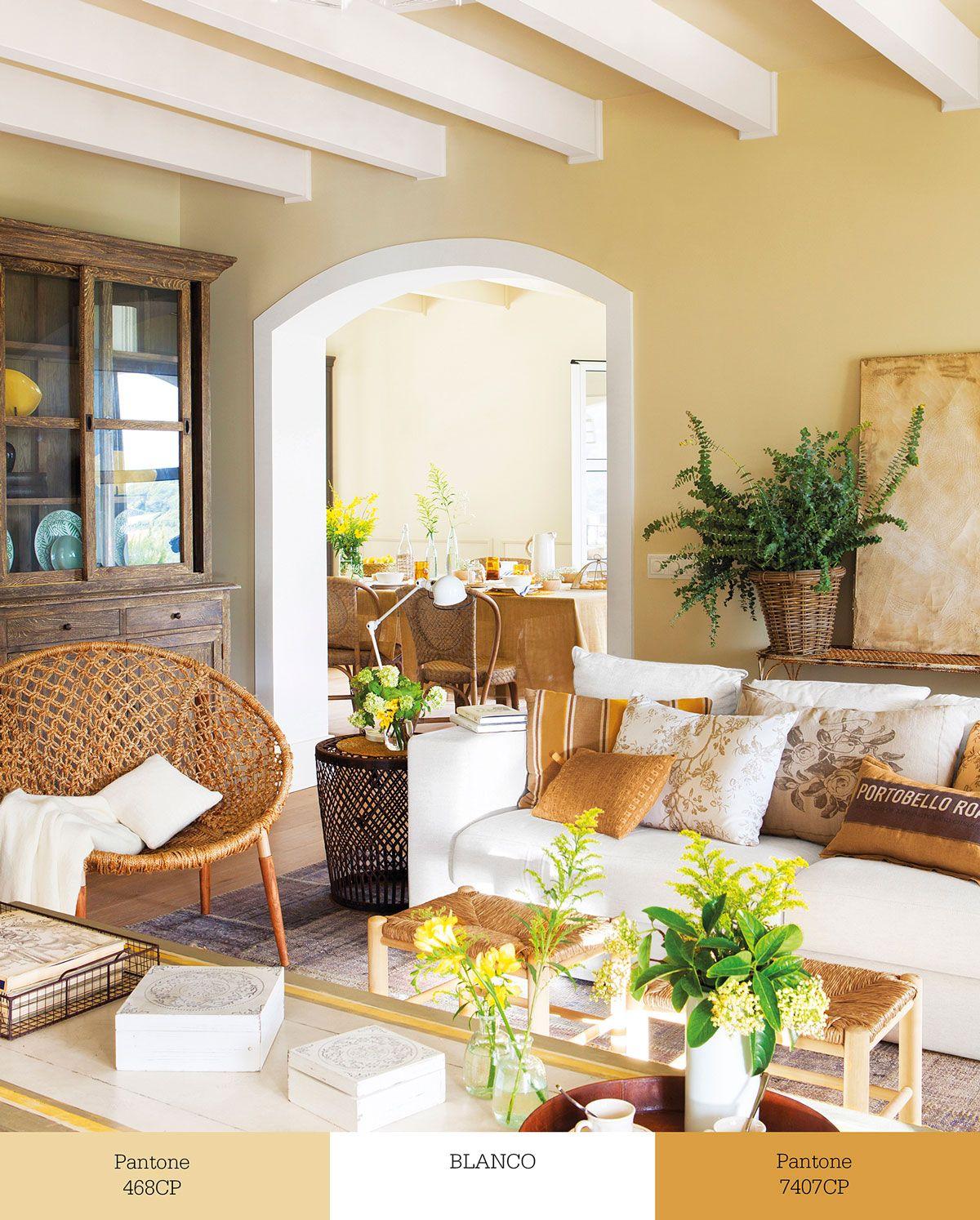 Sal n decorado en tonos tierra con sof blanco y butaca de - Complementos decoracion salon ...