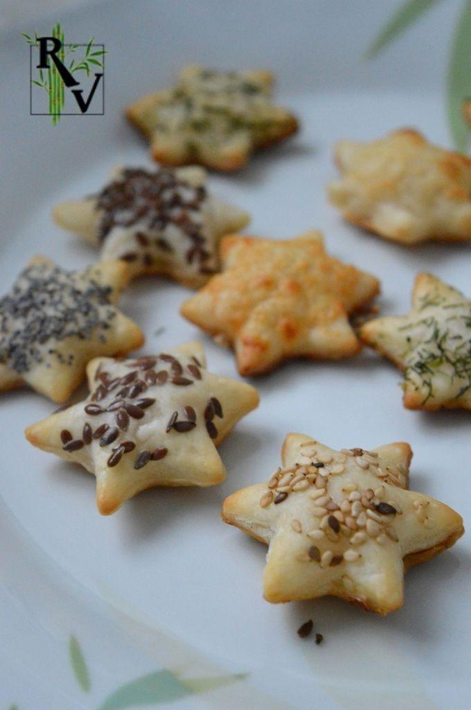 . Voila des petits feuilletés tout simple et très facile à faire ! Il vous faut juste une pâte feuilletée, des emportes pièces (ici étoiles), et des graines/herbes/fromage à saupoudrer (ici sésame, pavot, lin, aneth et parmesan). Vous découpez la pâte...