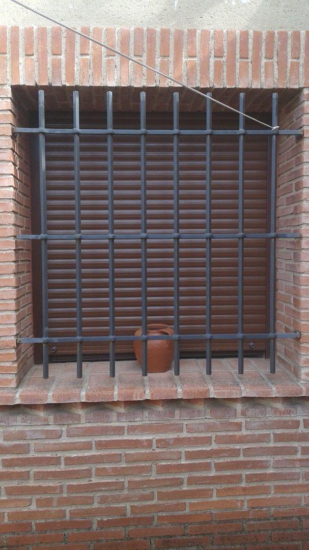 Ventana con persiana y rejas ventanas pinterest for Ventanas con persianas incorporadas